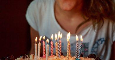 Come festeggiare i 18 anni con una sana risata?